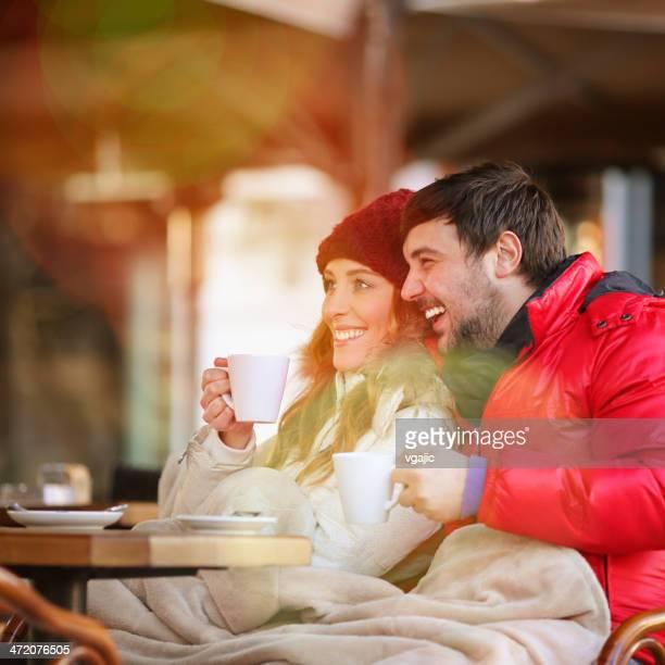 Junges Paar trinken Tee im winter im Freien.