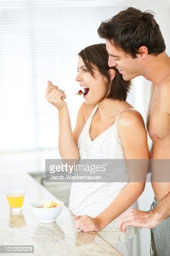 Jeune couple cuisine salade de fruits dans la cuisine - Couple faisant l amour dans la cuisine ...