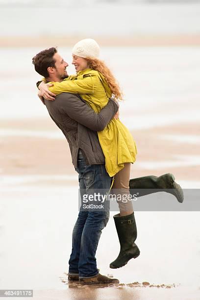 Junges Paar umarmen