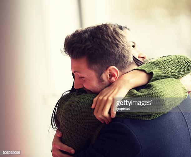 Casal Jovem Abraçar