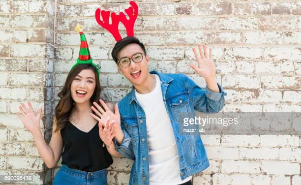 Junges Paar Weihnachten genießen.
