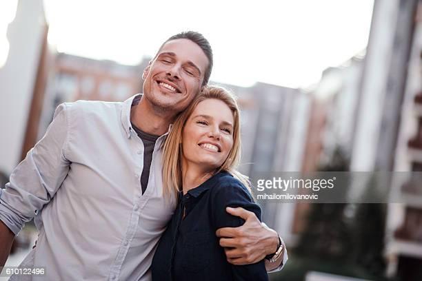 Jeune couple de profiter de la vie