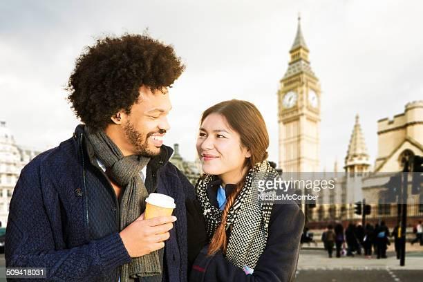 若いカップルロンドンお楽しみいただけます。