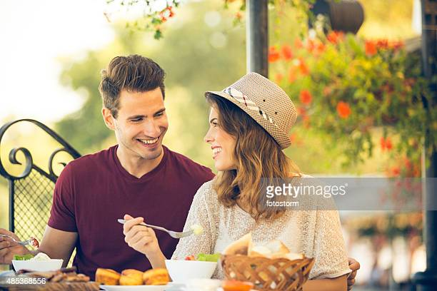 Giovane coppia godendo il pranzo in un ristorante