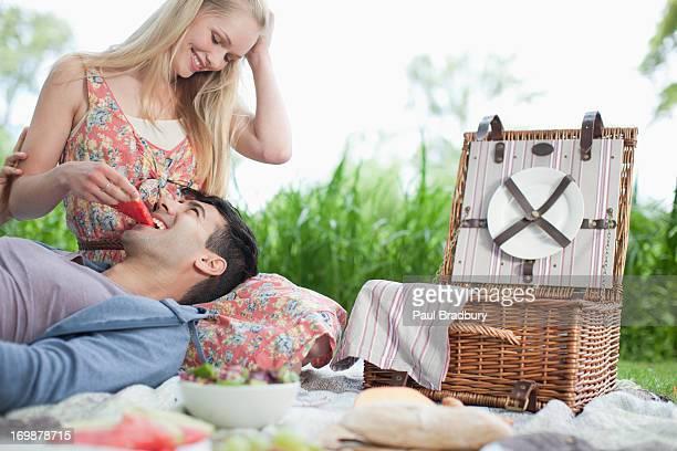 Giovane coppia godendo picnic nel parco