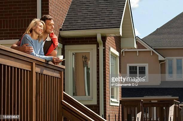 Junges Paar auf der Veranda der new suburban house