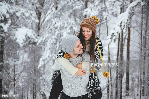 Junges Paar Genießen Sie den winter