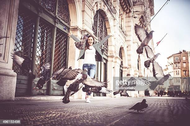 Giovane coppia di esplorare la città