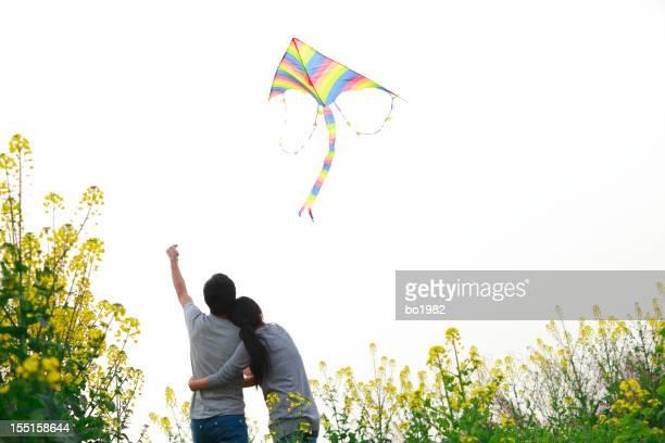Jeune couple volant kite