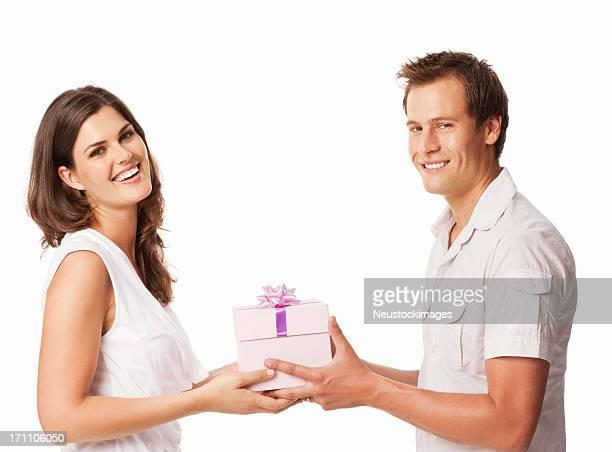 Jeune Couple donnant un cadeau-isolé