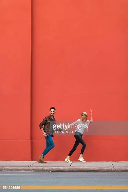 Jeune couple ratant son coup autour