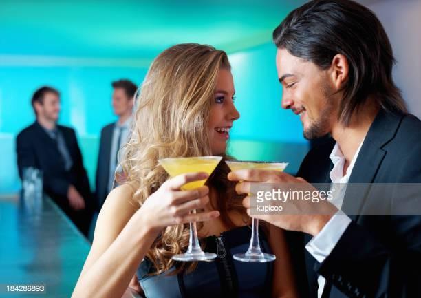 Junges Paar, trinken zusammen mit