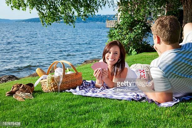 Junges Paar mit einem Picknick im Park