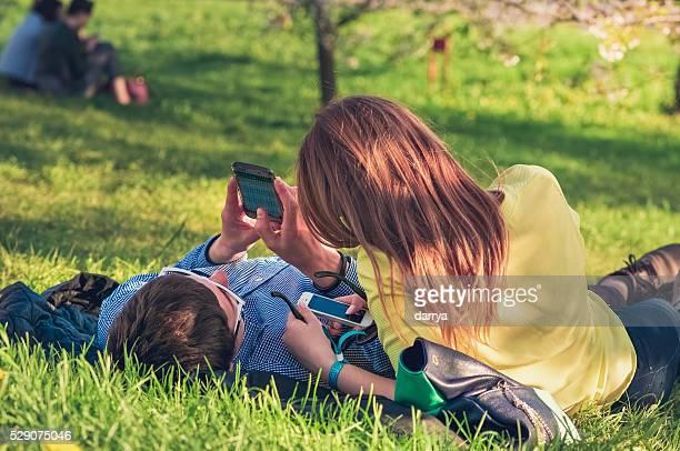 Junges Paar mit einem smartphone-Kurzurlaub.