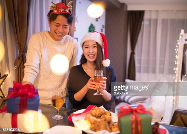 家でクリスマス パーティーを持っている若いカップル