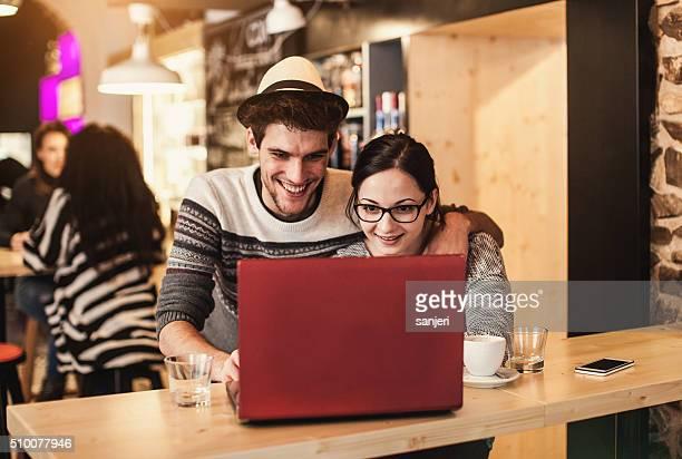 若いカップルの楽しみは、コーヒーショップ