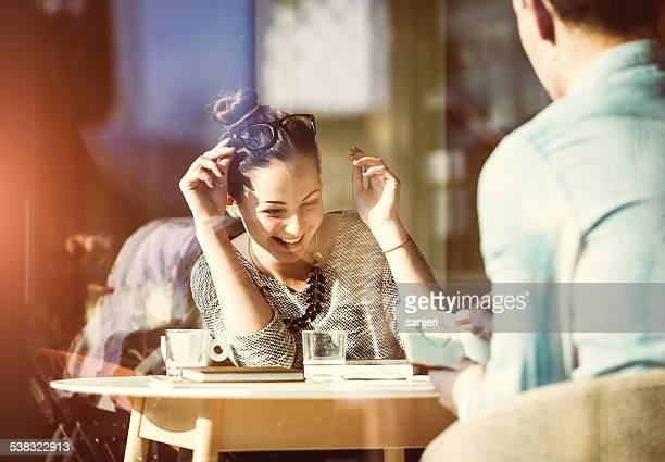 Casal Jovem tendo Diversão no Café