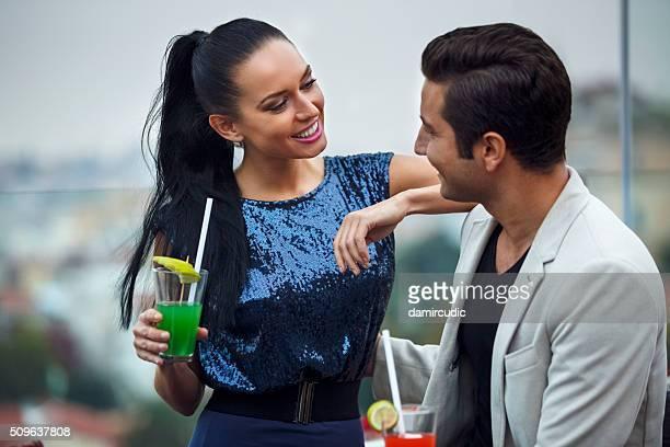 Junges Paar Spaß haben in einem Verein