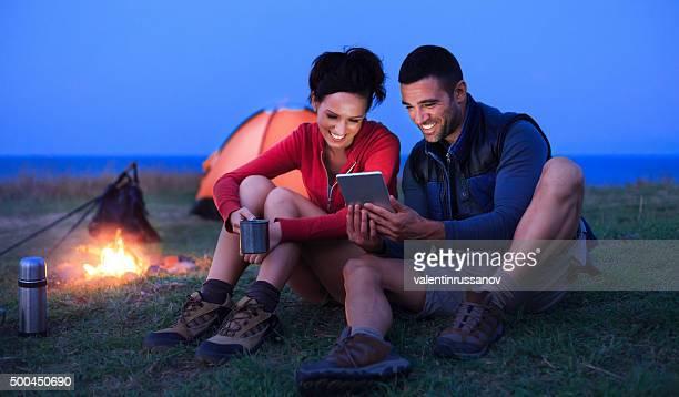 Jeune couple s'amusant devant leur tente