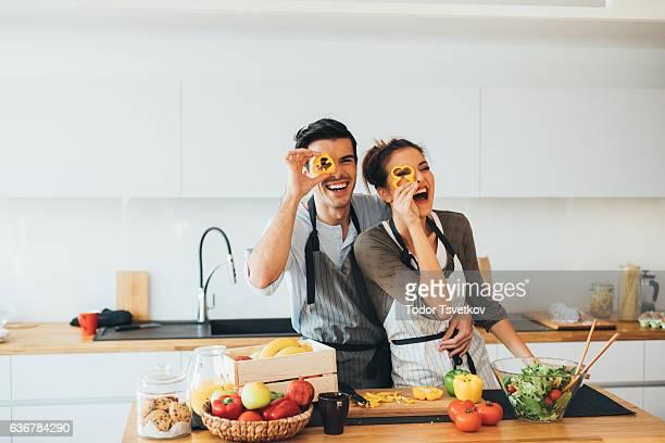 Pareja joven divirtiéndose en la cocina