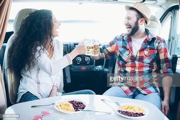 Junges Paar Spaß haben innerhalb Wohnwagen