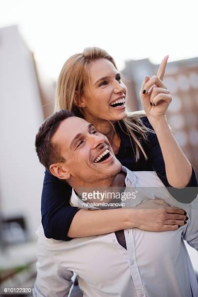 Jeune couple s'amuser en plein air
