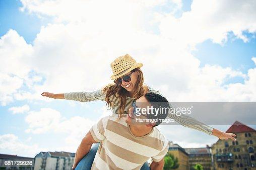 楽しいを持っている若いカップル ピギー バッキング : ストックフォト