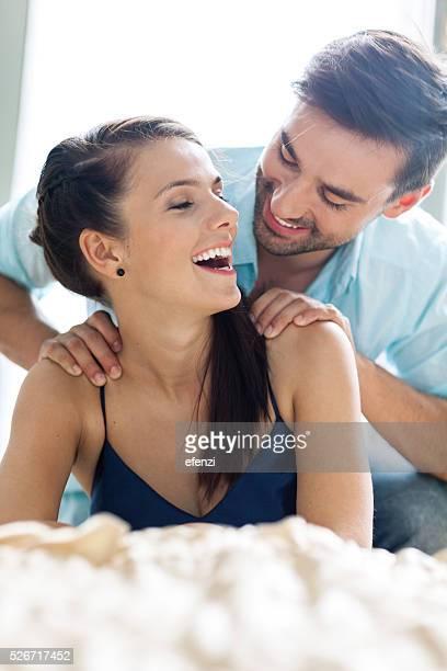 Jeune Couple s'amusant ensemble