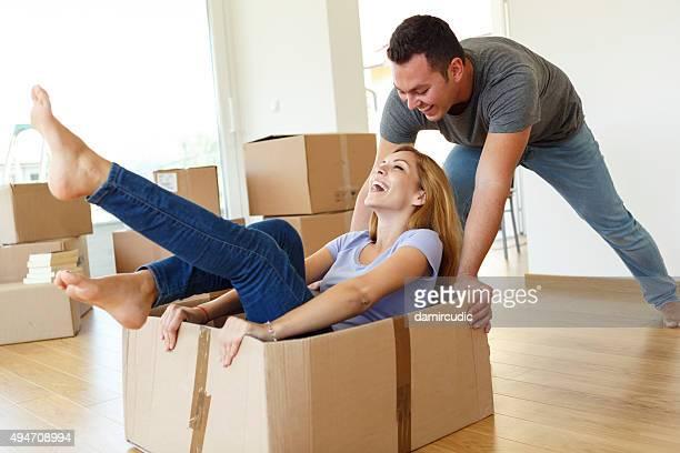 Junges Paar Spaß beim Umzug in neues Zuhause