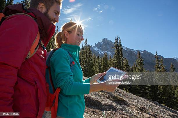 Jeune couple de randonnée sur carte numérique est