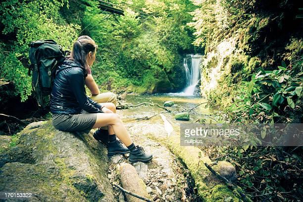 若いカップルのハイキング