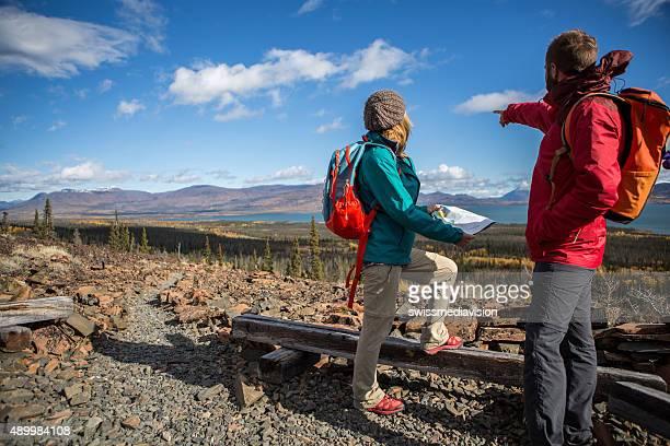 Junges Paar Wandern auf der Suche nach Strecke auf der Karte