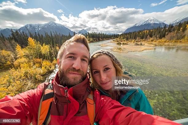 Junges Paar Wandern dauert selfie-Porträt in der Nähe der river