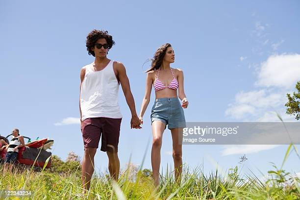 若いカップルは手を