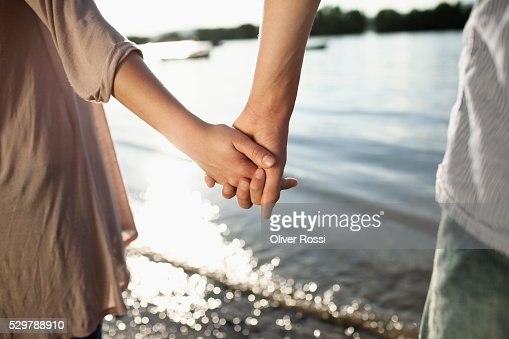 Young couple holding hands : Stockfoto