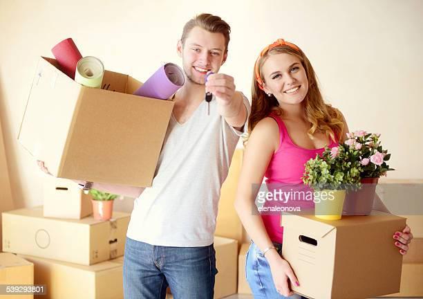 Junges Paar in eine neue Wohnung mit Boxen für Bewegung
