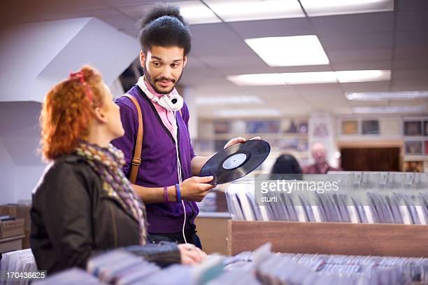 Jeune couple dans un magasin d'enregistrement