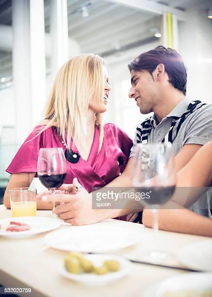 "Jeune couple dans un'aperitivo"" au bar"