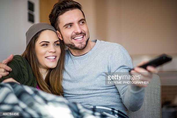 Jeune couple au lit regardant la télévision