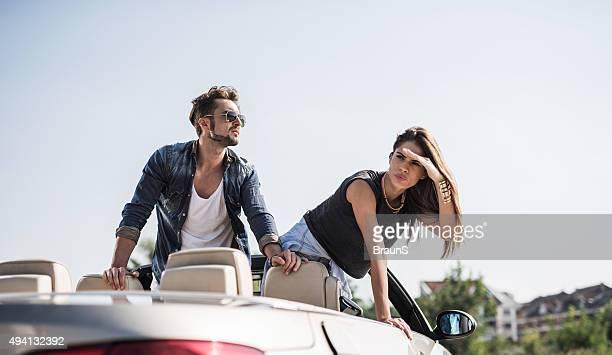 若いカップルにカブリオレ、環境を探索。