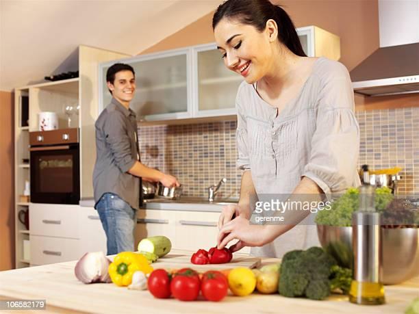 Jeune couple dans la cuisine