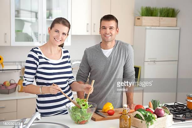Junges Paar in der Küche.