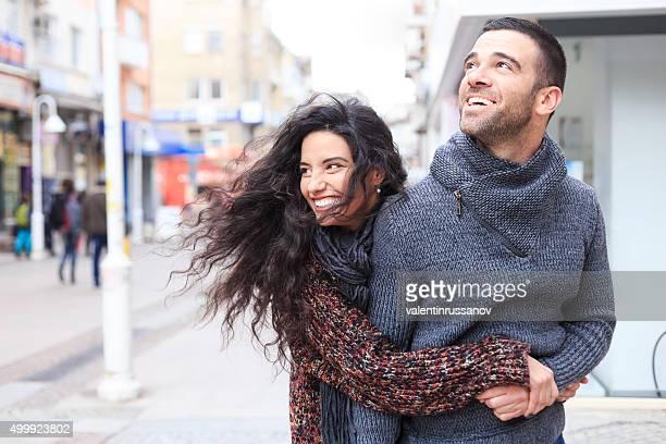 Casal Jovem apaixonado abraça