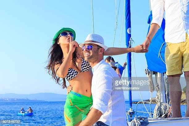 Jeune couple amoureux s'amuser sur un yacht