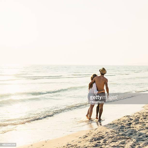 Jeune Couple dans l'amour sur la plage