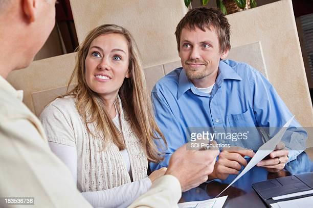 Jeune Couple dans une réunion à leur