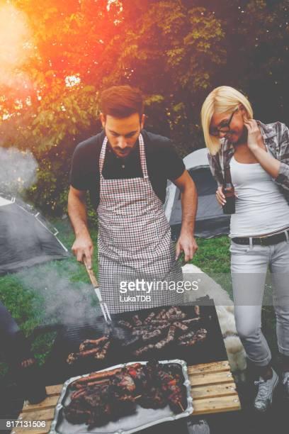 Jeune couple dans la nature, préparer la nourriture