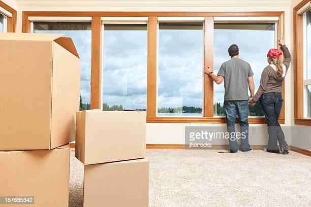 若いカップルの自宅での移動ボックス新しい