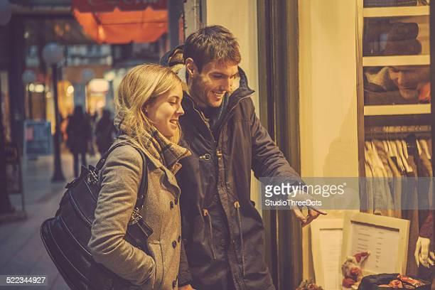 Junges Paar in der shopping