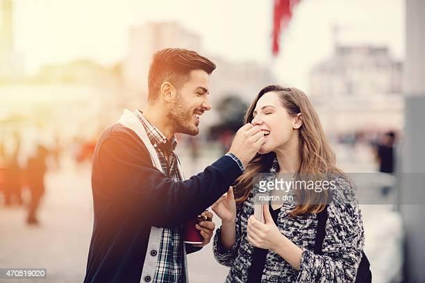 Jeune couple dans la ville des marrons manger